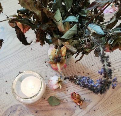 Kerzenlicht und Blumen